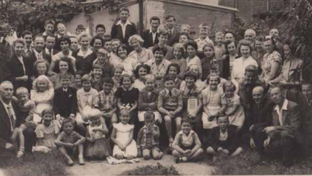 Учні й викладачі української суботньої Центральної школи ім. княгині Ольги в Сіднеї (1955 рік)