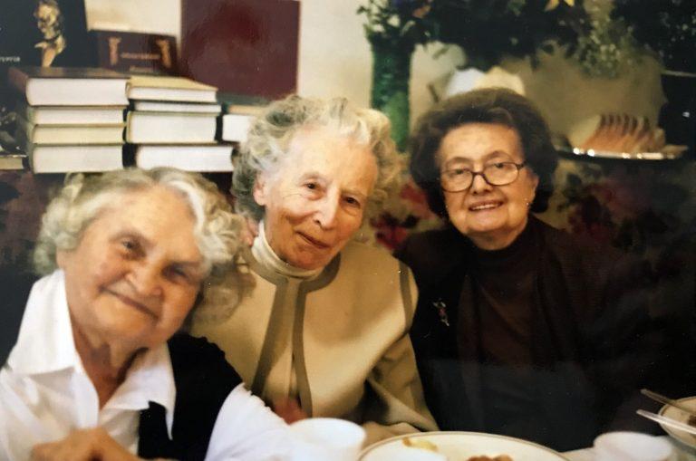 Оксана Міяковська-Радиш із Оксаною Чикаленко (ліворуч) і Галиною Полтакою (праворуч) у день свого 85-ліття