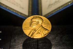 Нобелевскую премию по физике вручили за космологию и открытие экзопланеты
