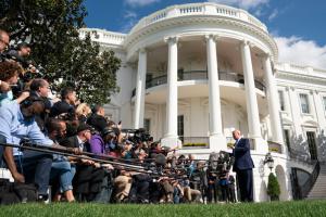 """В Белом доме проведут внутренние проверки в поисках """"обличителя"""" - NYT"""