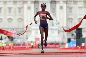 Кенійська бігунка побила світовий рекорд у марафоні