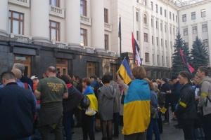 Protestaktion gegen Truppenentflechtung vor Büro des Präsidenten
