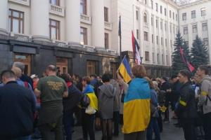 Под Офисом Президента требуют остановить разведение войск