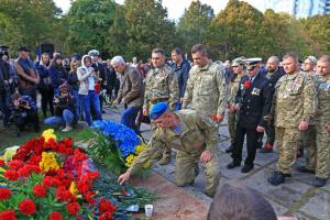 Пам'ять загиблих захисників в Одесі вшанували квітами та молебнем