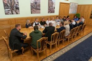 Зеленський зустрівся з рідними воїнів, які загинули на Донбасі