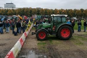 Мітинг фермерів паралізував Гаагу, до парламенту стягнули військову техніку