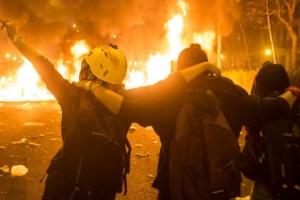 """Протесты в Барселоне: демонстранты возвели баррикады, в ход пошли """"коктейли Молотова"""""""