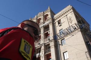 """На Майдані почали демонтаж скандальної """"шпаківні"""" на будинку"""