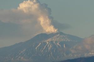"""На Сицилії знову """"прикрили"""" небо через виверження вулкану"""