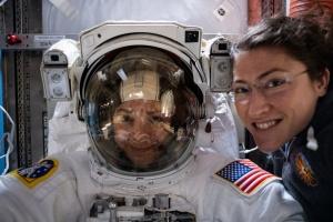 """Уперше в історії дві астронавтки вийшли на """"космічну прогулянку"""""""