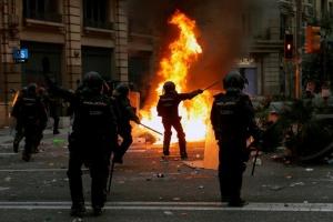 Заворушення в Барселоні: поліція вперше застосувала водомет