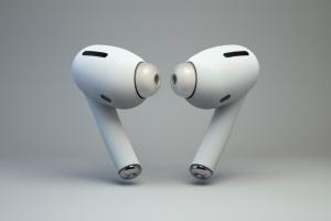 Apple випустить удосконалені навушники AirPods Pro в жовтні