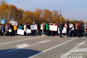 На Житомирщине учителя блокировали международную трассу из-за зарплатных долгов