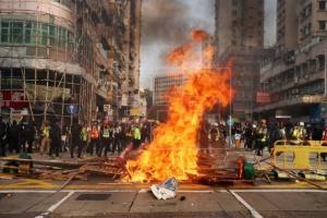 Премьер Китая заявил, что протесты в Гонконге нанесли обществу ущерб на всех фронтах