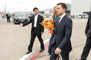 Zelensky llega en visita a Japón