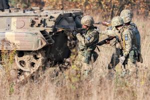 """На Донбасі - 16 порушень """"тиші"""", окупанти гатили із важкої артилерії та БМП"""