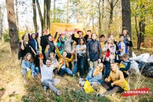 Украинские блогеры собрали более 100 мешков мусора в лесу на Красном Хуторе