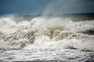 Азовське море штормить - хвилі у портах можуть піднятися до двох метрів