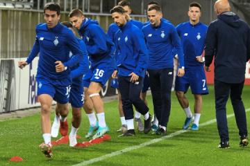 Jugadores del Dynamo prueban el césped del estadio Kibunpark en Suiza