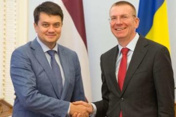 Razumkov y Rinkevics hablan de Donbás, Crimea y la APCE