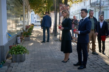 Volodymyr Zelensky et son épouse rendent hommage aux défenseurs de l'Ukraine morts au combat
