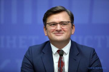 Kuleba ve la doble ciudadanía en Ucrania como 'idea interesante'