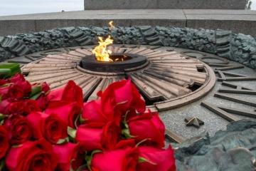 Selenskyj und Rasumkow gedenken Opfer des Zweiten Weltkrieges in Park des Ewigen Ruhmes