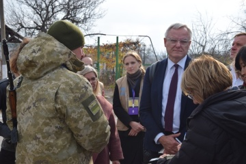 Representatives of UN mission from 11 countries visit Hnutove checkpoint