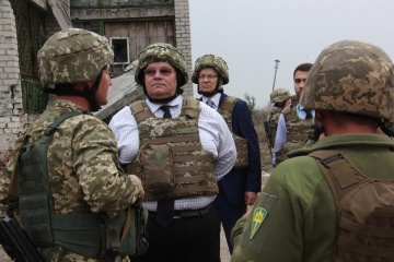 Lithuanian delegation led by Linkevicius meets with Ukrainian military in Mariupol