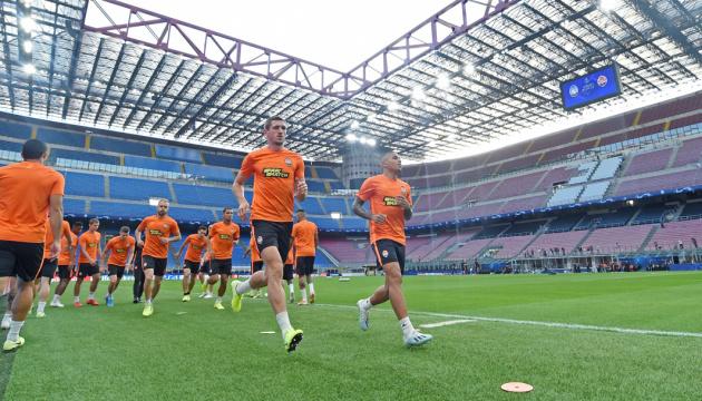 """Футболісти """"Шахтаря"""" випробували газон стадіону """"Сан-Сіро"""" в Мілані"""