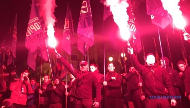 Активисты жгли файеры под ОП, на Майдане тоже протест против
