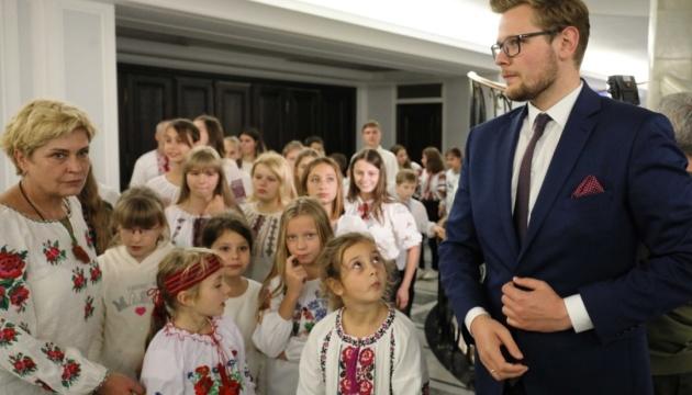 Діти з України, які постраждали від агресії Росії, прибули на відпочинок до Польщі