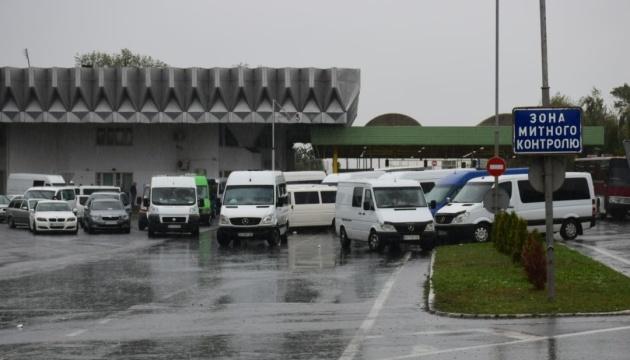 У пунктах пропуску чекають на виїзд в Угорщину 160 автівок
