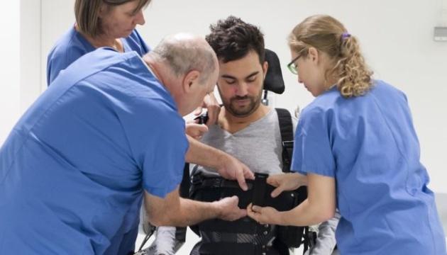 Вчені розробили робот-костюм, який допомагає рухатися паралізованим