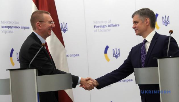 ЕС должен сохранять санкции против России до полного выполнения