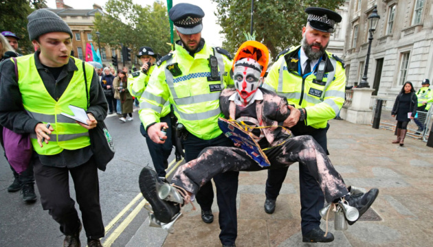 У Лондоні затримали вже майже 1,5 тисячі екоактивістів