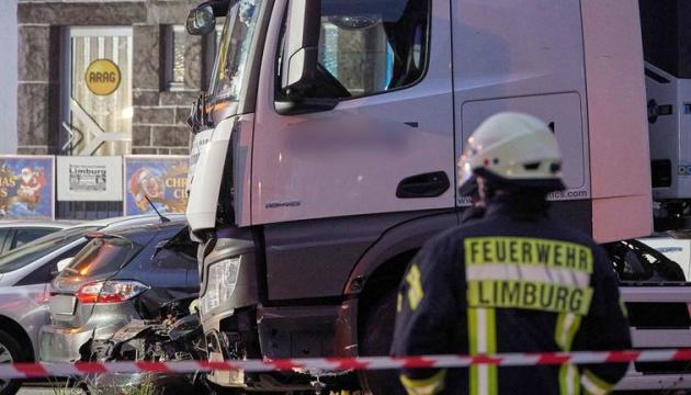 У німецькому Лімбурзі вантажівка в'їхала у сім авто, поліція не виключає теракт