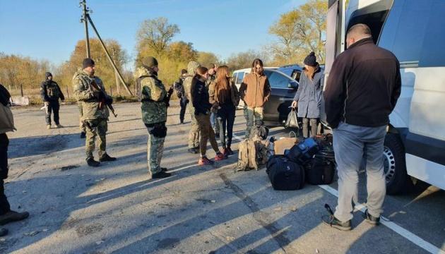 На блокпосту произошли столкновения между полицией и добровольцами, которые едут в Золотое