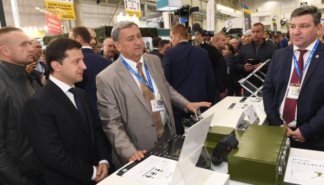 Kyjiw: Präsident Selenskyj besucht Waffenmesse Arms and Security 2019