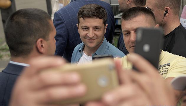 Позитивно оцінюють перші кроки Зеленського понад 60% українців