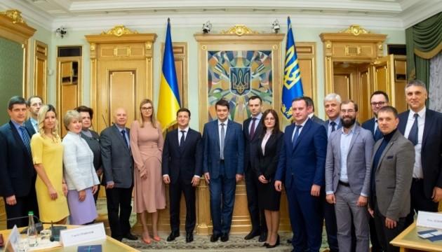 Зеленський вручив посвідчення новим членам ЦВК