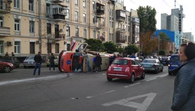У Києві легковик перекинув