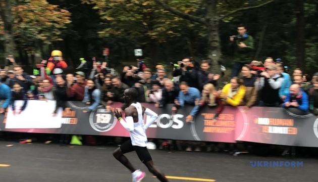 Человек впервые пробежал марафон меньше чем за 2 часа