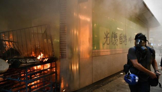 У Гонконзі демонстранти закидали станцію метро коктейлями Молотова
