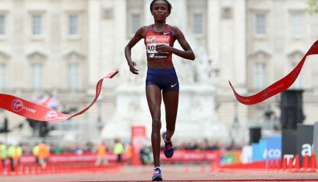 Кенийская бегунья побила мировой рекорд в марафоне