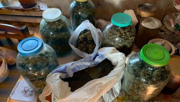 Столичні правоохоронці під час обшуку квартири виявили 3 кіло канабісу