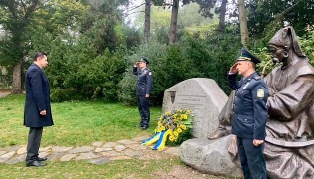 Українці Відня вшанували День захисника біля пам'ятника козаку
