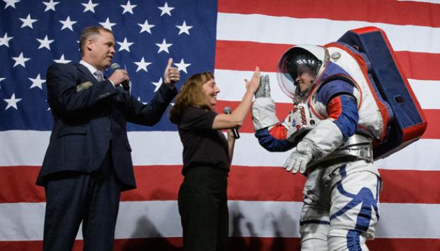 У NASA показали скафандри для польотів на Місяць і Марс