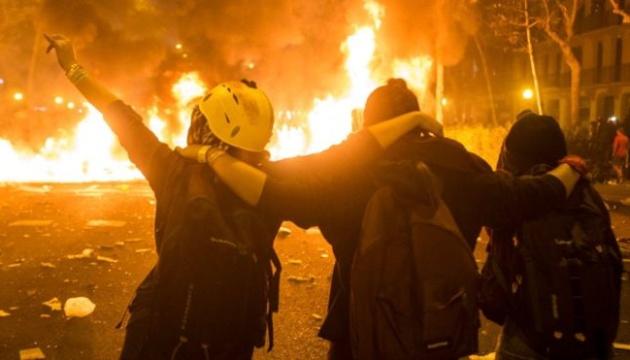 Протесты в Барселоне: демонстранты возвели баррикады, в ход пошли