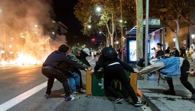 В Барселоне протестующие перекрывают улицы и бьют витрины